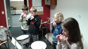 Kinderen tijdens hun eerste muziekles als deel van de Activiteitenladder